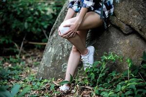 mulher aventura ou alpinista tem uma lesão no joelho