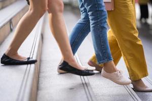 close-up dos pés das pessoas