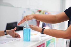 Mão empurrando ou bombeando álcool gel, limpando as mãos de vírus, bactérias, para uma boa higiene