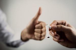 cigarro quebrado em uma mão foto