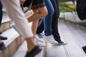pessoas descendo um lance de escadas foto