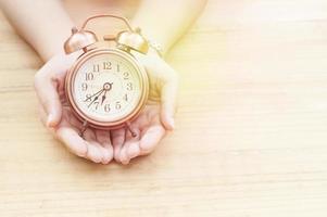 despertador na mão foto