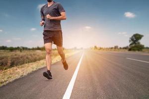 corredor correndo na estrada pela saúde foto