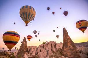 balões de ar quente ao pôr do sol na Capadócia, Turquia