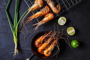 camarão cozido em um fundo escuro