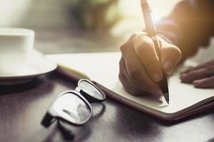 pessoa escrevendo no diário foto