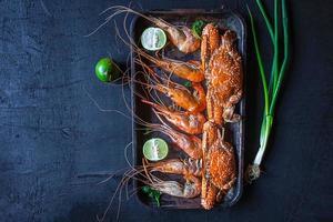 camarão e caranguejo em uma bandeja foto