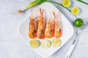 camarão cozido no prato foto