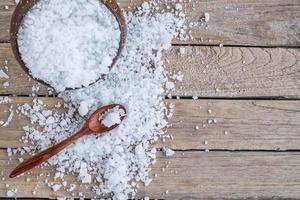 vista superior do sal em uma mesa de madeira foto