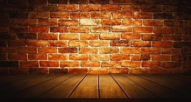 parede de tijolos com palco de madeira foto