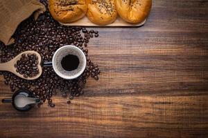 grãos de café com pão fresco