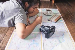 garota fazendo planos de viagem
