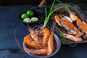 frutos do mar em um fundo escuro foto