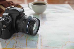 close-up de uma câmera em um mapa