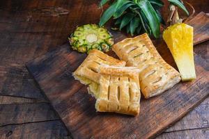 tortas de abacaxi em tábua de madeira