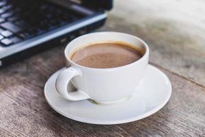 xícara de café em uma mesa foto