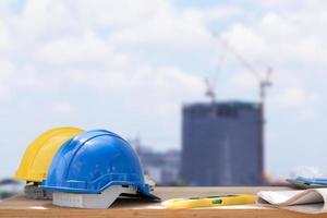 dois capacetes de segurança com paisagem de construção da cidade foto