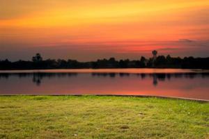 quintal com rio ao pôr do sol foto