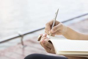escrevendo laticínios no caderno foto