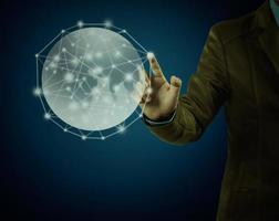 empresário apontando no globo sobre fundo azul foto