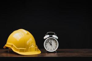 capacete amarelo com despertador branco foto