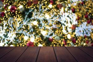 mesa de madeira em desfoque suave de fundo de natal foto