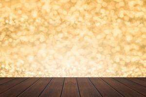 prateleira de madeira com fundo dourado bokeh foto