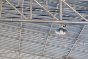 lâmpada na grade de ferro
