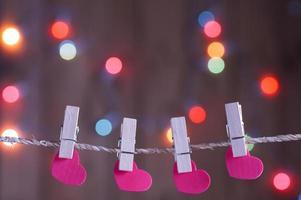 corações de papel na corda com alfinetes foto