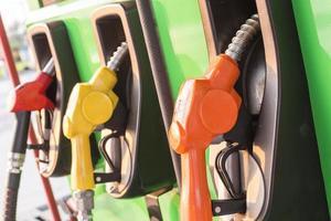 bombas de combustível em um posto de gasolina foto