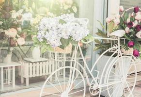 decoração de bicicleta em frente a uma loja