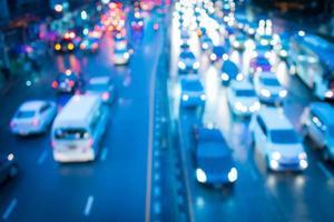 transporte urbano e trilhos de tráfego em rodovia foto