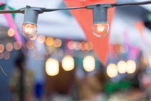 lâmpadas e bandeiras de festa para uma festa de aniversário no jardim