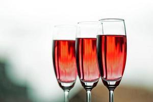 taças de vinho em um restaurante foto