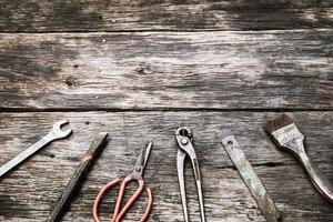 ferramentas mecânicas em fundo de madeira sujo foto