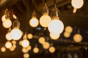 lâmpadas vintage decorativas em uma casa foto