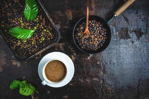 xícara de café com grãos de café torrados foto
