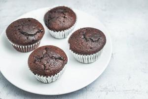 quatro muffins de chocolate foto