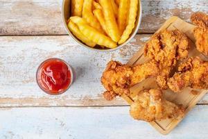 vista superior de frango frito e batatas fritas foto