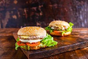 hambúrgueres em uma tábua de madeira