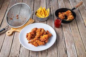 frango frito em uma mesa de madeira