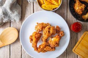frango frito em um prato branco foto