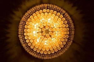 close up de um lindo lustre de cristal foto