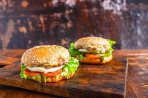 dois hambúrgueres em uma mesa foto