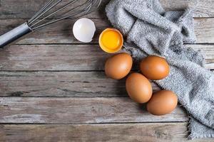 ovos frescos em uma mesa de madeira