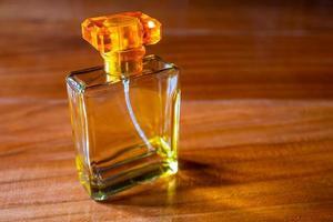 perfume na mesa de madeira