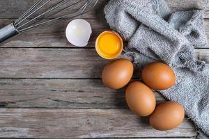 vista de cima de ovos em uma mesa de madeira foto