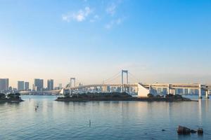 ponte arco-íris em odaiba, tokyo no japão foto