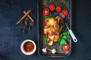 vista superior de um prato de frango com ervas