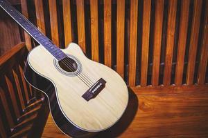 guitarra em fundo de madeira velho foto